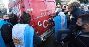 Un móvil de C5N fue atacado por manifestantes autoconvocados en el Obelisco