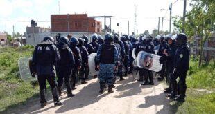 La Policía bonaerense desalojó la toma del predio de Guernica y topadoras limpian lo terrenos
